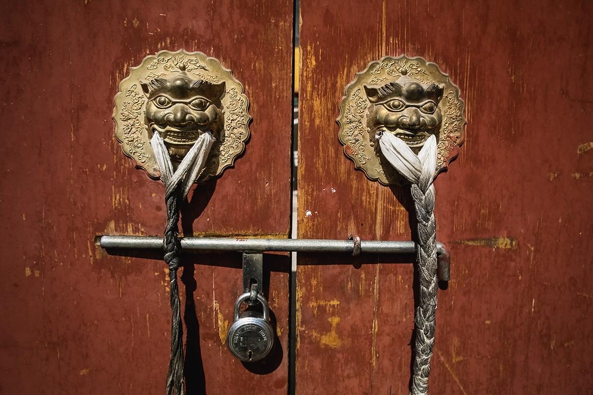 32. Грозные львы охраняют вход.