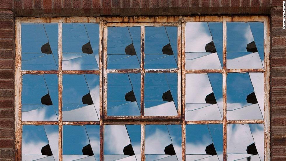 На следующий год художник создал иллюзию дома в Маргите, чей фасад словно сползает к асфальту и ложи
