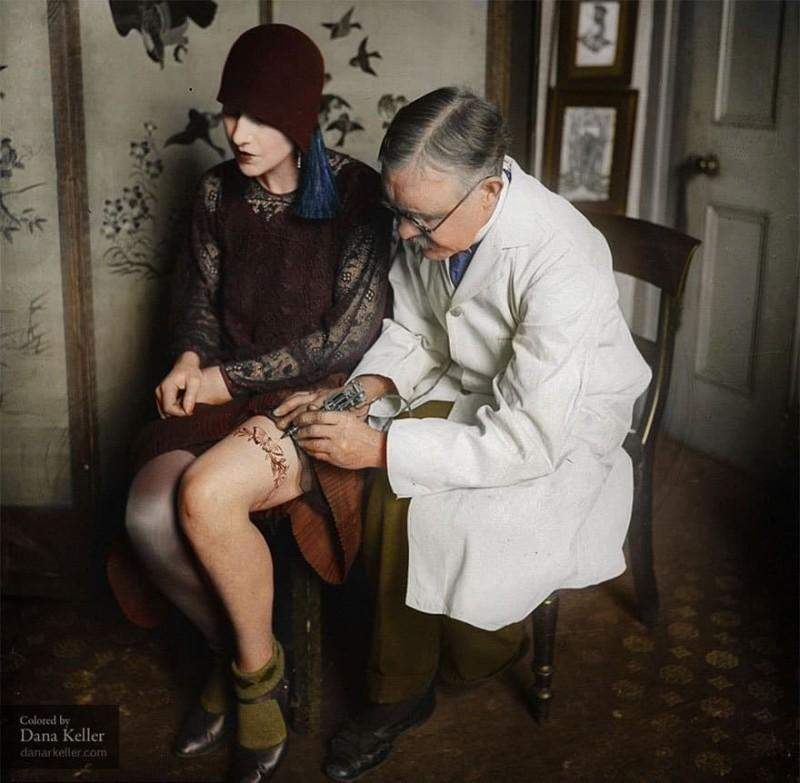 Британский татуировщик Джордж Барчетт за работой, 30-е годы.