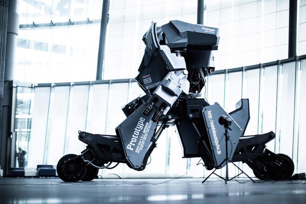 4. Внутри кабины робота расположен сенсорный интерфейс, который соединен с контроллером. Гигант