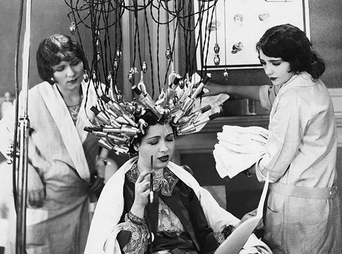 В 30-х и 40-х годах прошлого века были очень популярны блестящие завитые локоны. Чтобы сделать с