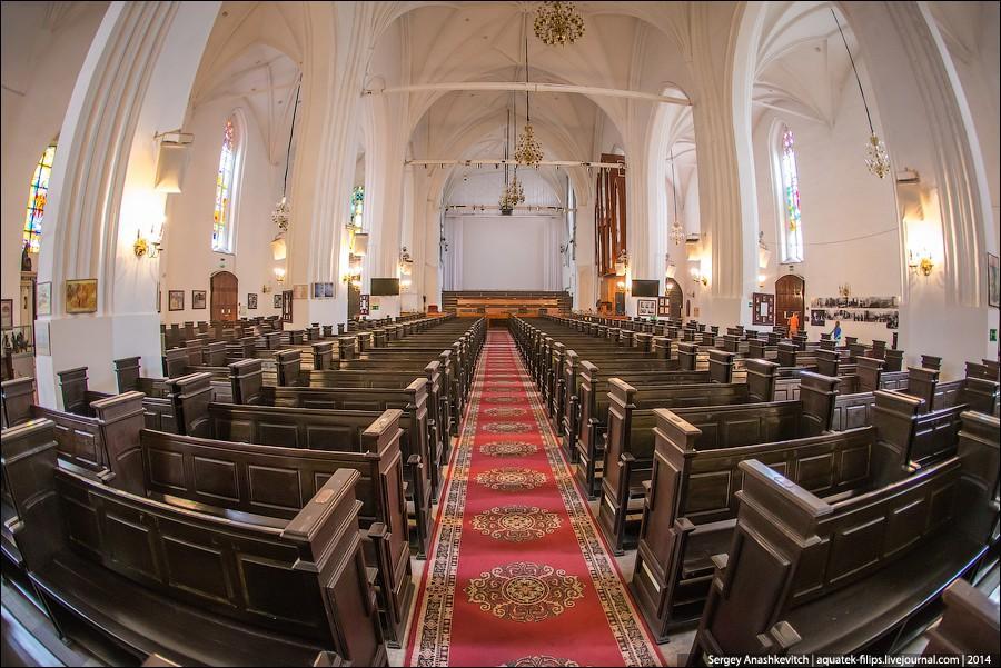 7. Внутри собора огромный органный зал с двумя органами. В дальней части собора с правой стороны мал