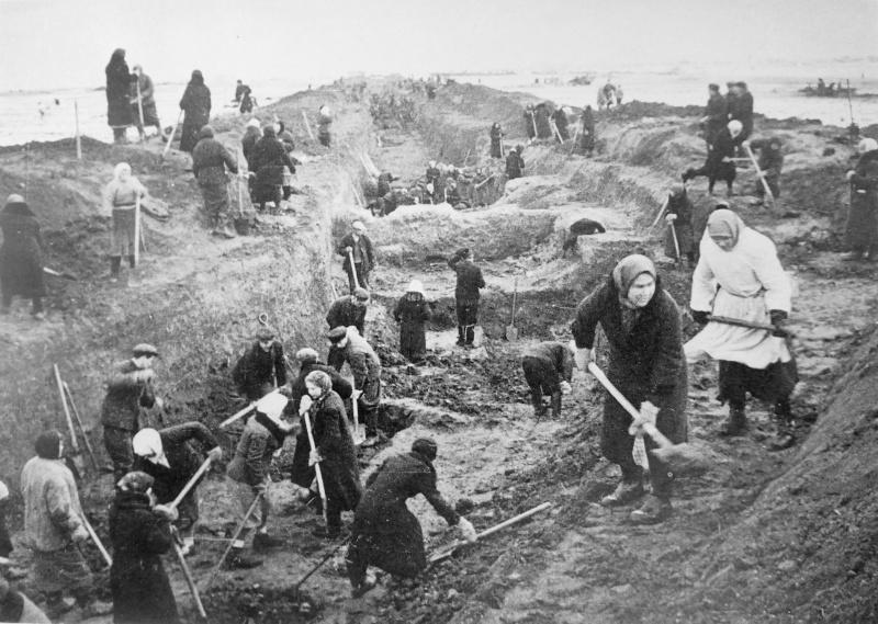 Мирные жители роют противотанковый ров под Москвой. 41.jpg