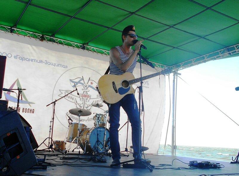 С гитарой и микрофоном ... DSCN3375.JPG