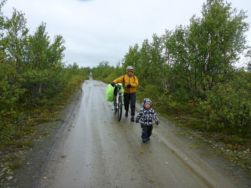 двухлетний ребенок идет сам в велопоходе