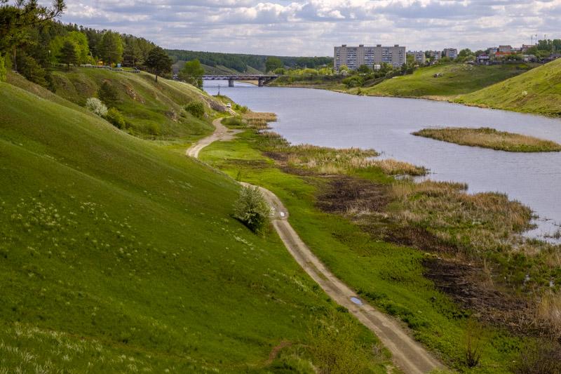река Исеть и дорога вдоль реки, в городе Каменск-Уральский и моста