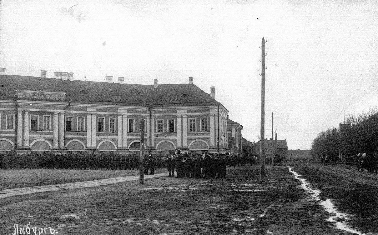 Царицынский полк и оркестр у казарм