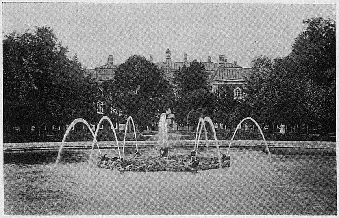 Круглый фонтан в Верхнем саду
