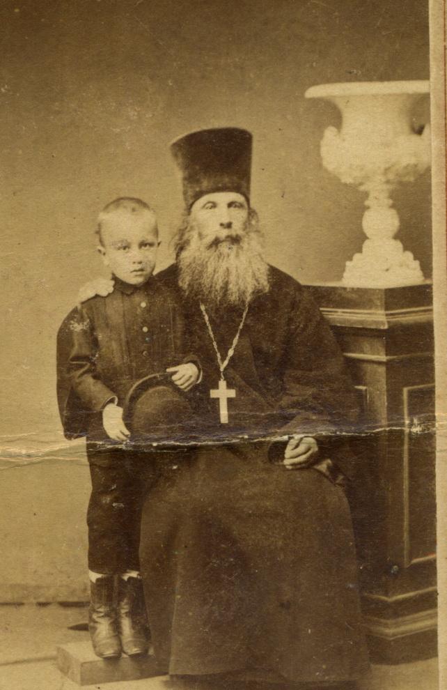 Портрет протоиерея Муромской Николо-Зарядской церкви отца Иоанна (Смирнова) с внуком. 1870-1880