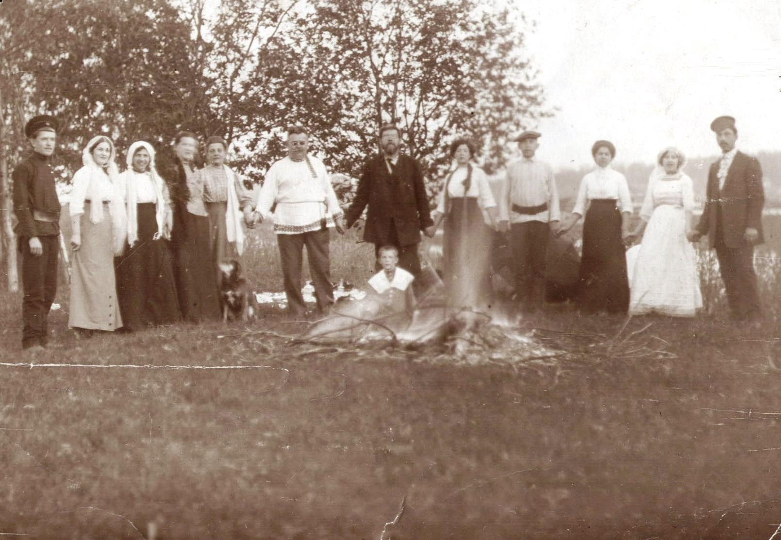 Семья Тагуновых на свадебном пикнике. 1910-е