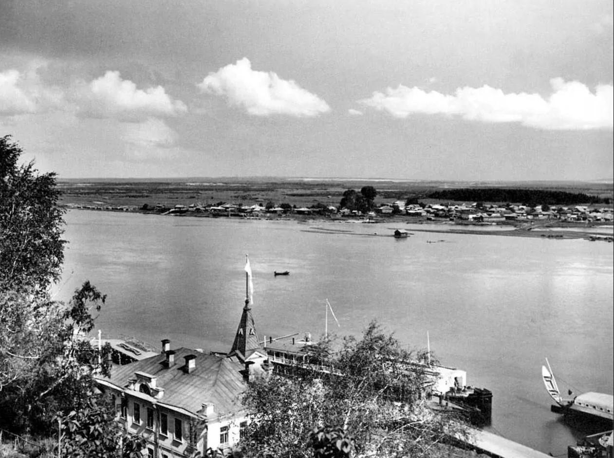 Вид через главное здание Вятского речного пароходства и реку на деревню Дымково