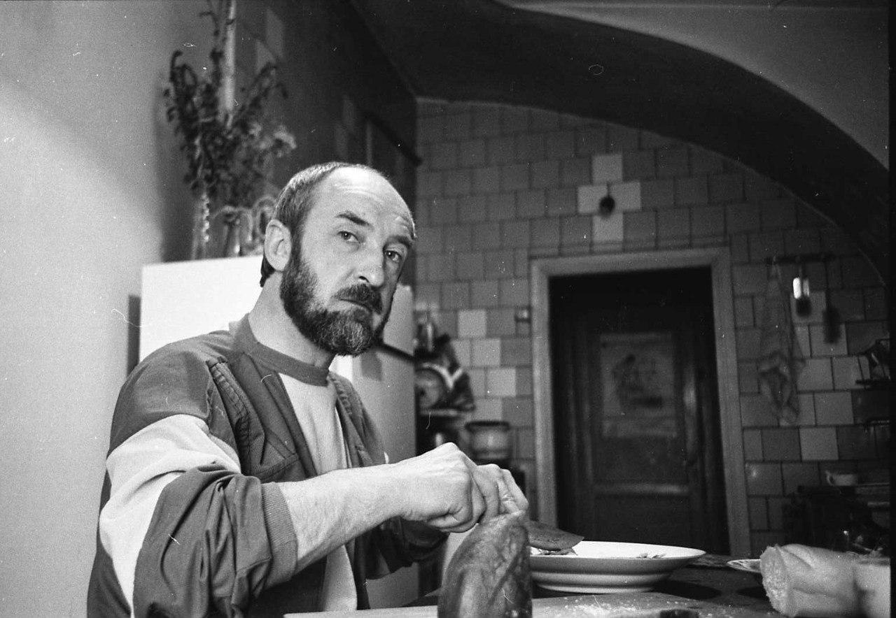 Художник Павел Иванов у себя на кухне. 1960-е.