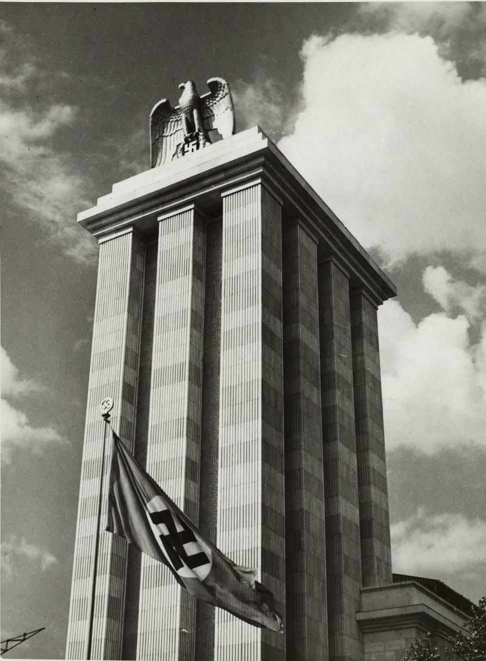 Павильон Германии, построенный по проекту архитектора Альберта Шпеера. Главный фасад увенчан бронзовым орлом