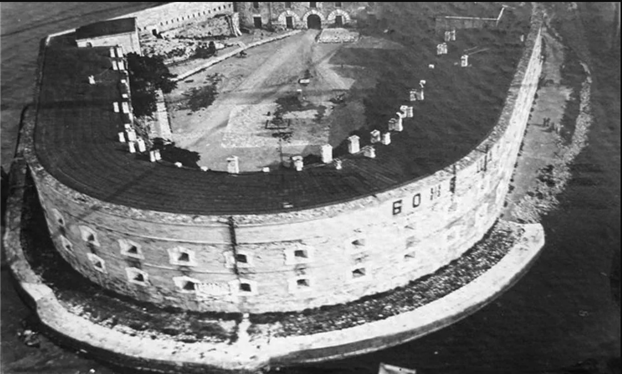 Вид с воздуха на Константиновскую батарею