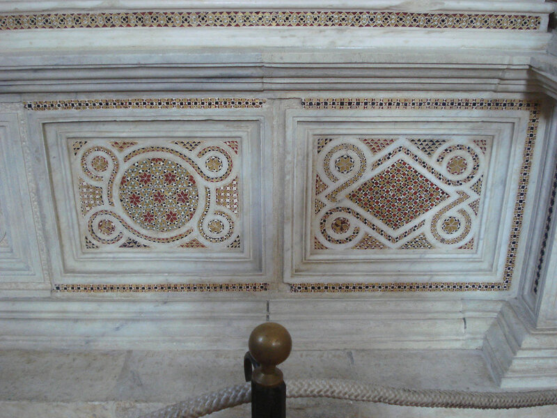 025-мавзолей Брея (нижняя часть, справа).jpg