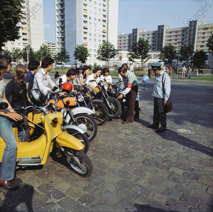 DDR-Volkspolizei u.Jugendliche/Foto 1984 - -