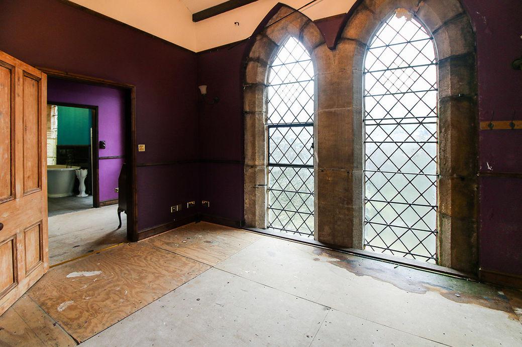 Этот старинный особняк продается за  £150000, но есть ограничения