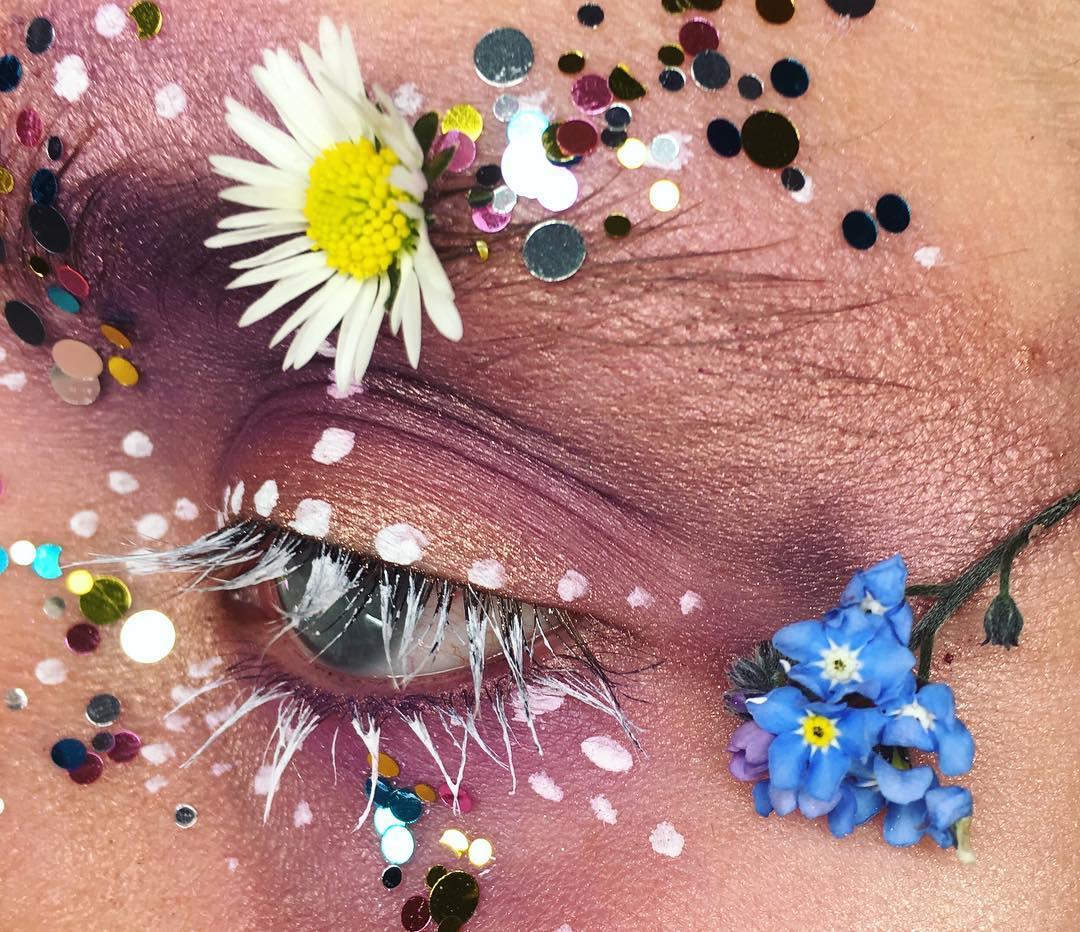 19-летняя девушка делает удивительный макияж при помощи живых цветов