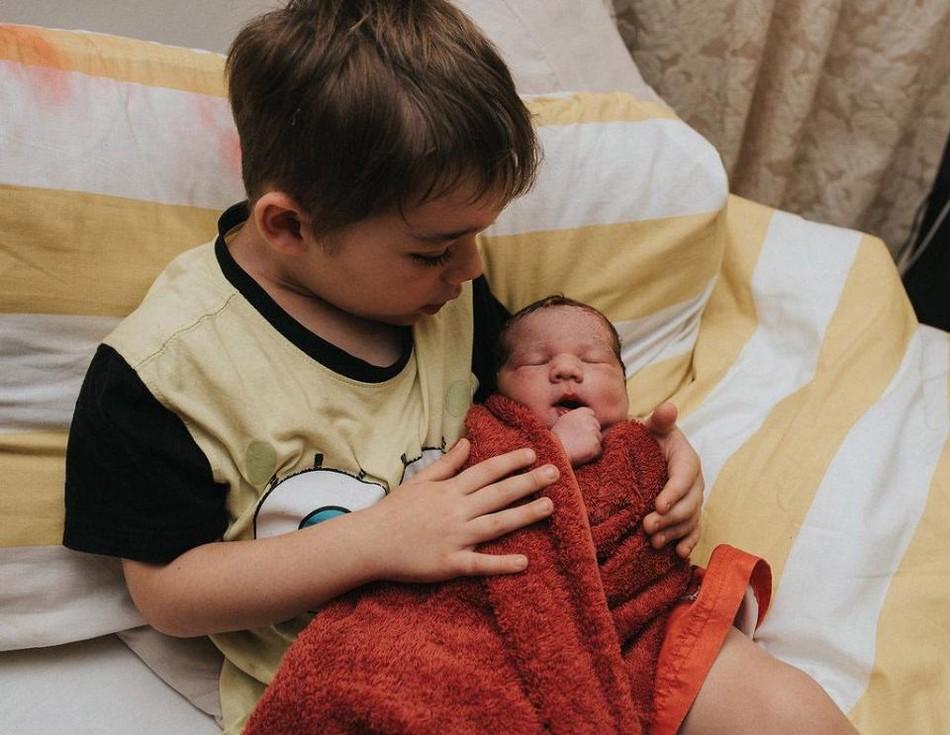 Мать родила пятого ребенка в бассейне и сожгла пуповину со своим сыном