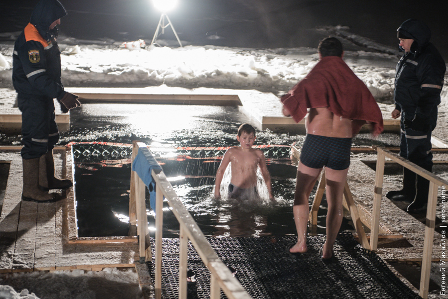 люди купаются в проруби