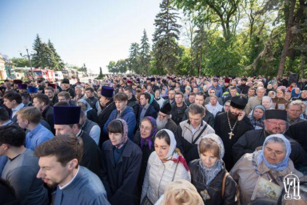 Гонения на Православную церковь в Киеве отложили на неделю. У стен украинского парламента – тысячи верующих, а раскольники снова захватили храмы
