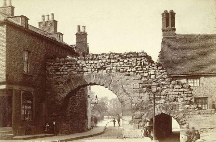Ньюпортская арка в городе Линкольн, на которую Джек-прыгун легко запрыгнул, скрываясь от толпы.