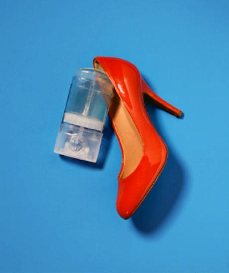 13. Если вы купили новые туфли и пытаетесь их разносить, от мозолей вас спасет обычный прозрачный ге