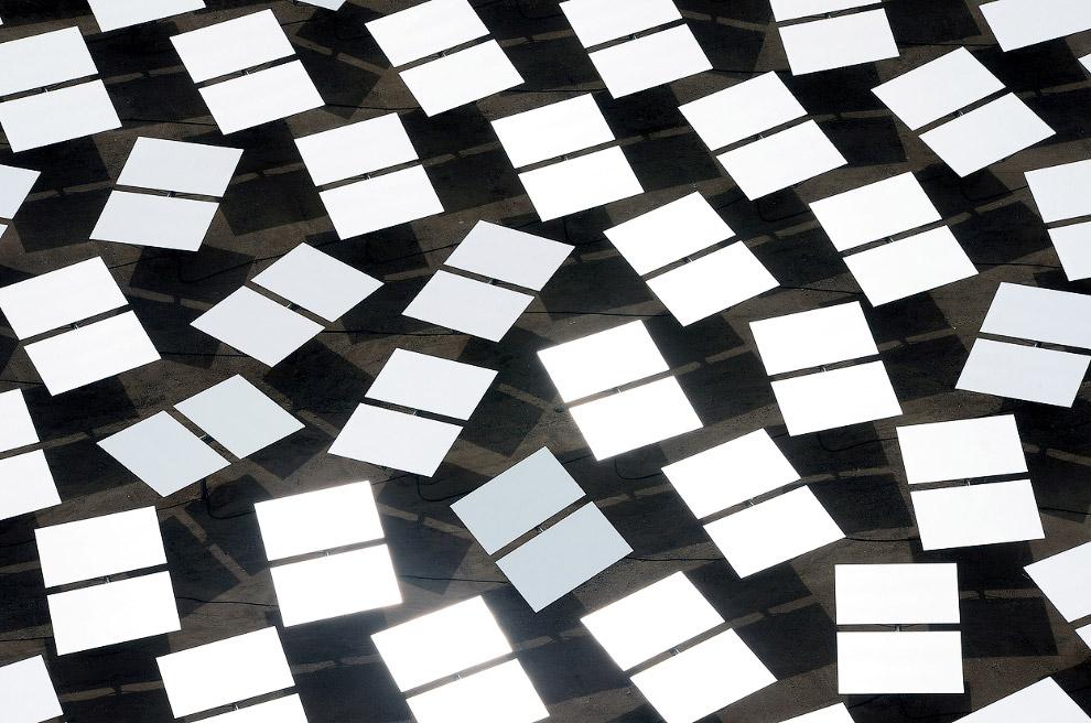 3 поля гелиостатов окружают 40-этажные башни-электростанции. Зеркала фокусируют солнечный свет