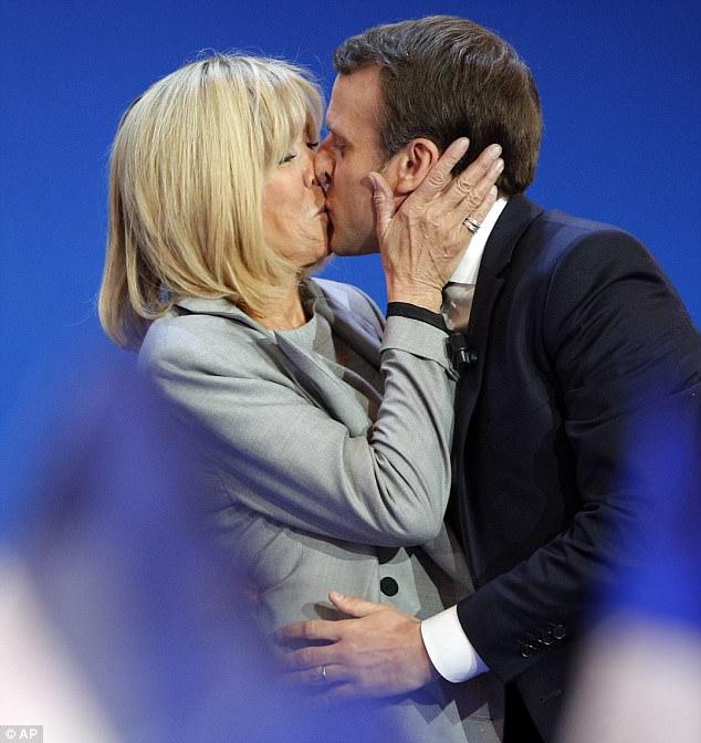 Во время речи Макрона в ходе президентской гонки пара поцеловалась на сцене, и политик сказал своим