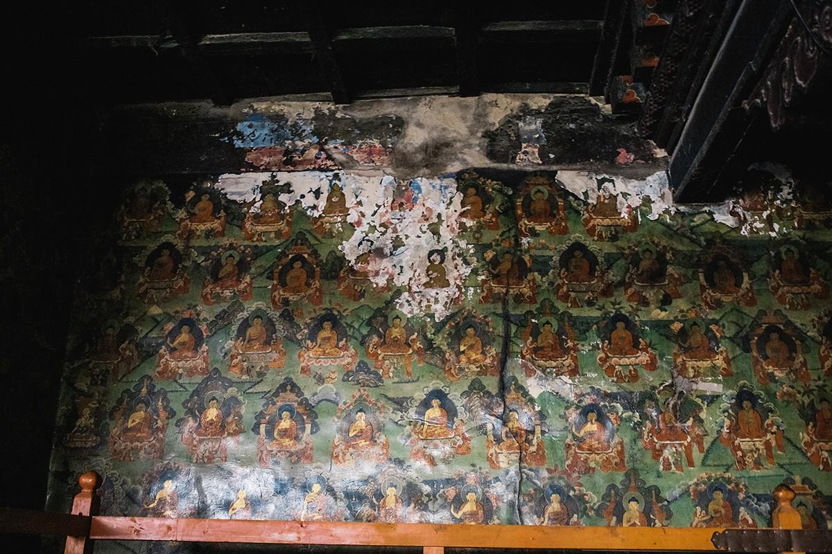 24. Стены внутри храма расписаны очень красивыми старинными фресками.
