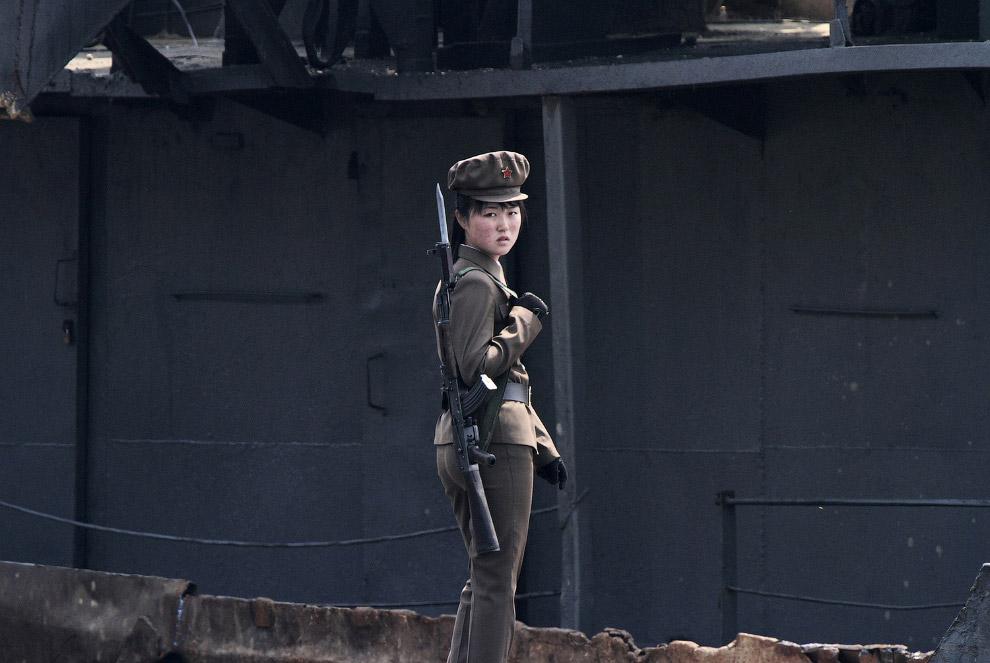 3. Северокорейские фермеры работают в поле на границе, 2 апреля 2017. (Фото Damir Sagolj | Reut