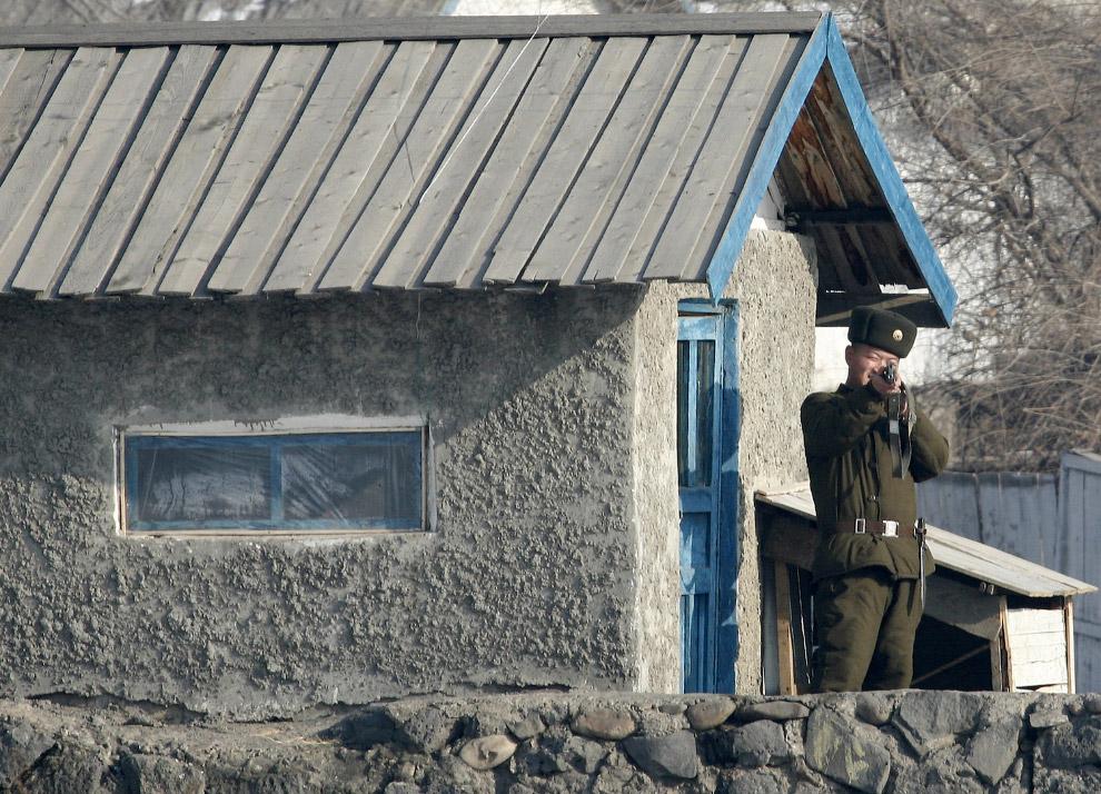 11. Северокорейский солдат около города Синучжу на границе с Китаем, 6 января 2016. (Фото Kyodo