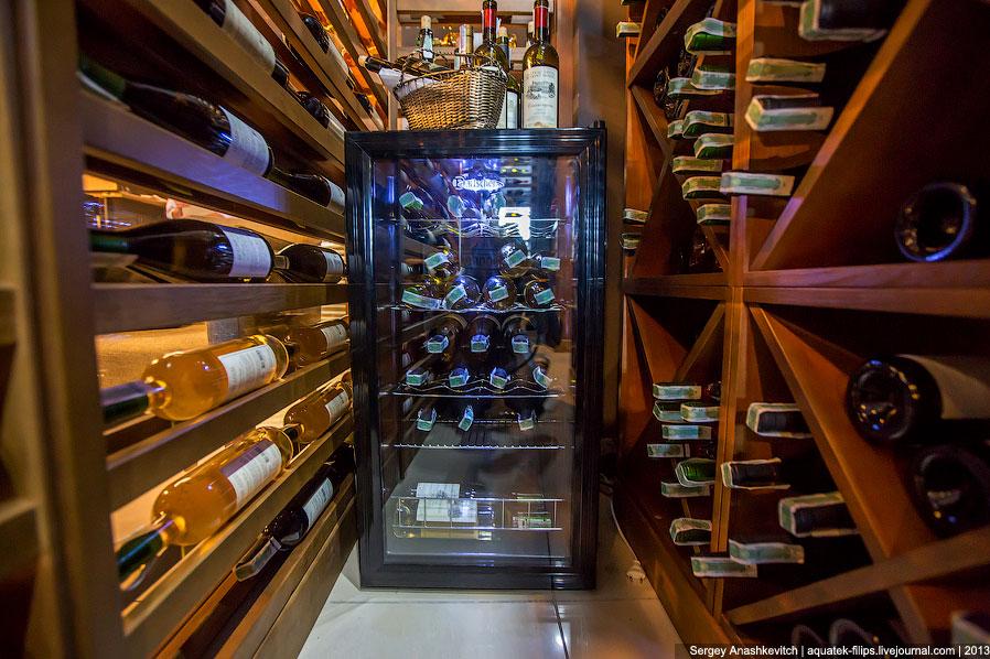 В хороших ресторана, как правило, два места хранения вина. Первое — это темный погреб со стабил