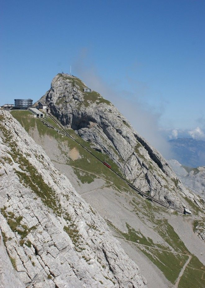Сидеть в вагоне нужно лицом к вершине Пилатус. С левой стороны — пейзажи гор, скал, лугов, лес