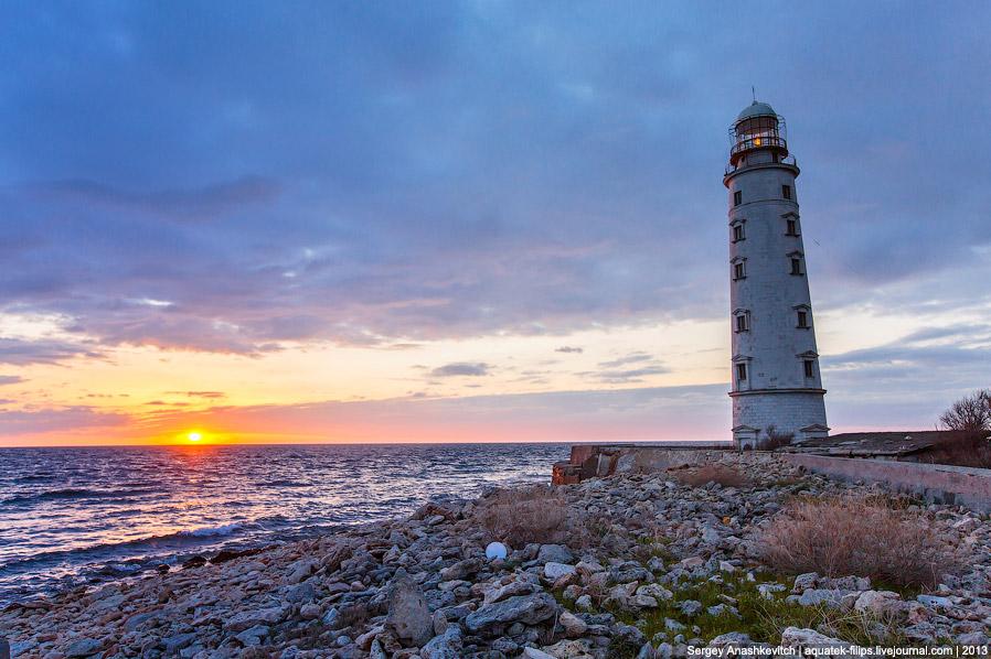 Вечерний Херсонесский маяк. Также смотрите статью « Маяки — путеводные огни для кораблей ».