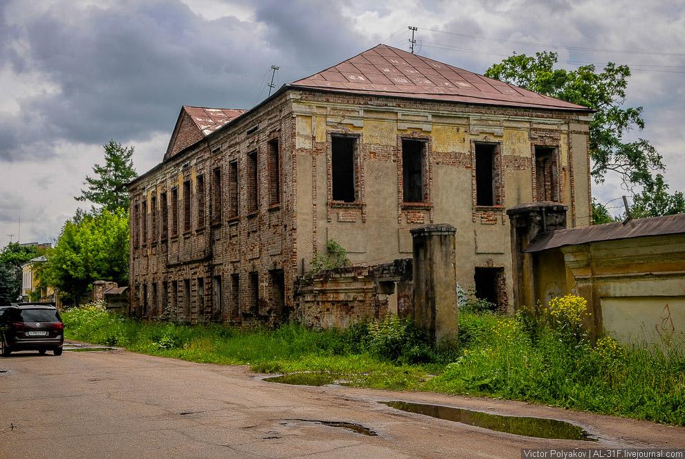 7. За спиной Ильича находится Путевой дворец, возведенный по заказу Екатерины Второй, чтобы мож