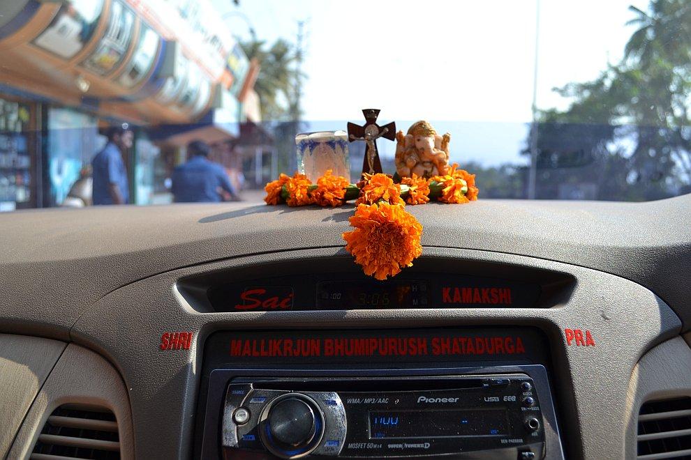 Отдельно надо рассказать про индийских дальнобоев и межрегиональные автотрассы. Грузовой автопарк со