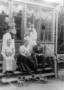 Директор яхт-клуба с семьей на крыльце дома