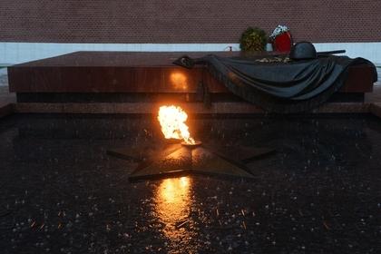 Путин возложил венок кМогиле Неизвестного бойца уКремлёвской стены в российской столице