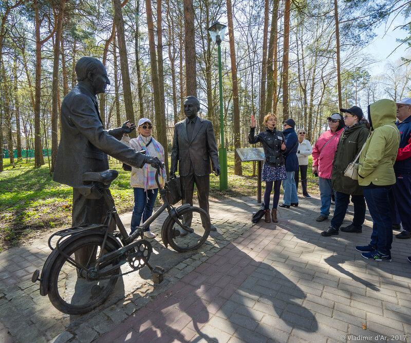 Дубна. Памятник Б.М. Понтекорво и В.П. Джелепову.