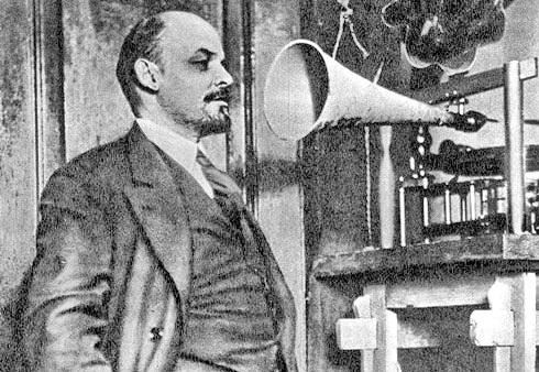 Ленин-у-граммофона.jpg