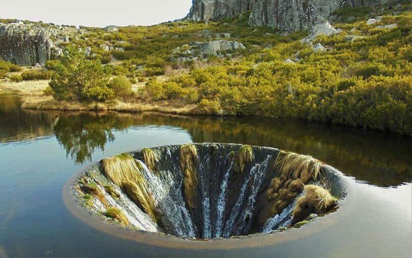 Портал в другое измерение: секрет воронки на горном озере в Португалии