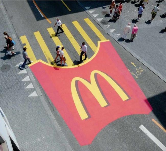 Такую рекламу McDonald's трудно не заметить.