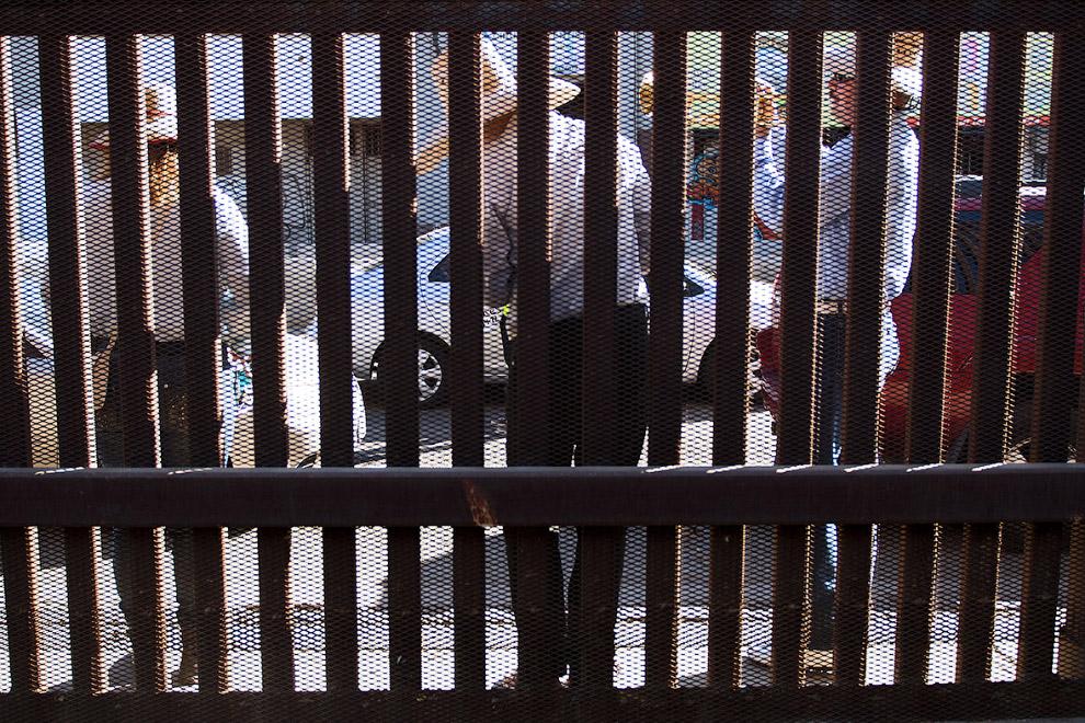 19. Тень от стены на границе с Мексикой в городе Сан-Луис-Рио-Колорадо, 15 февраля 2017. (Фото