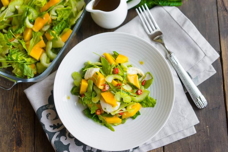 Летний салат с манго и моцареллой. Ингредиенты: 3 стебля сельдерея 1 манго 3 листа салата 50 г рукко