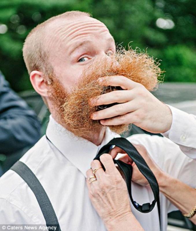 У жениха проблемы с галстуком. Или с бородой.