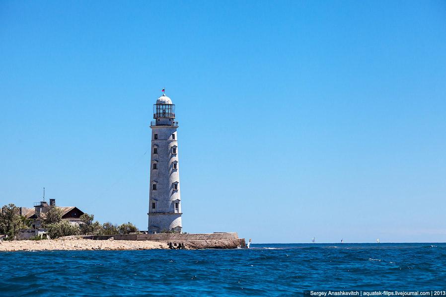 Строить Херсонесский маяк начали в 1816 году вместе с Тарханкутским. Руководил выбором места и