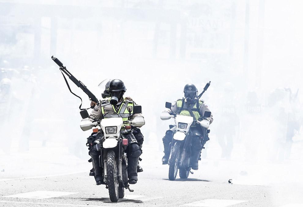 6. Коктейли Молотова — непременный атрибут в таких мероприятиях. (Фото Carlos Barria | Reuters)