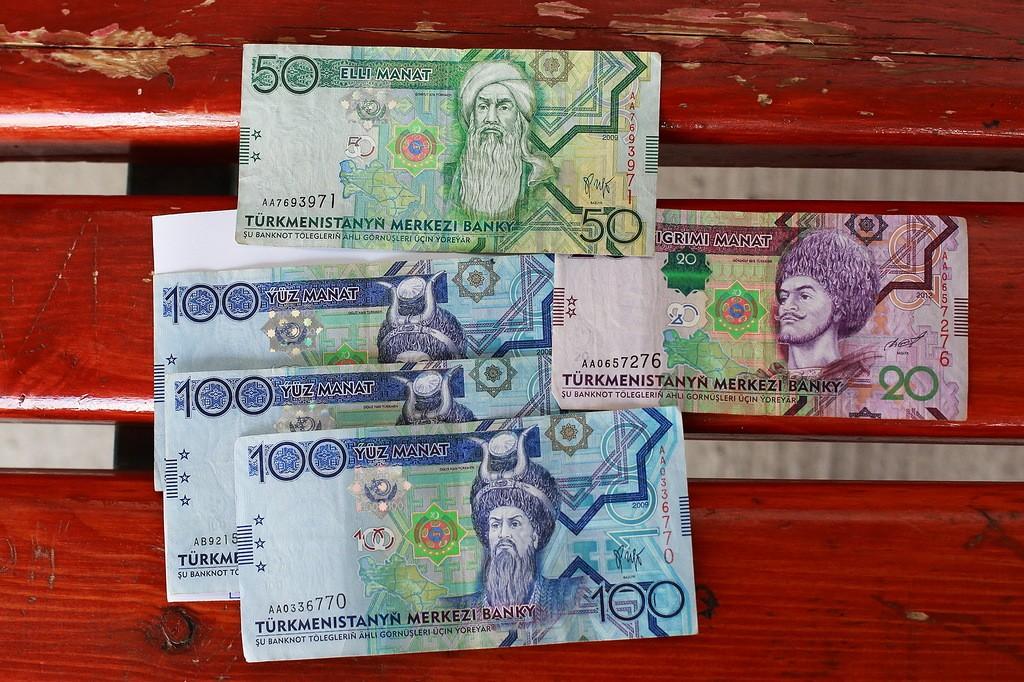 21. Вот эти пять бумажек я получил в обмен на купюру в 5000 рублей. Курс 13,5 рубля за манат. Рубли