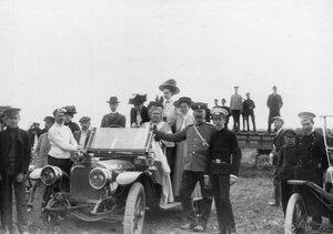 Группа зрителей у автомобиля